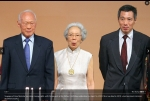 Kwa Geok Choo and gold coin necklace, with Lee Kuan Yew and son Lee Hsien Loong.